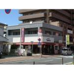 古賀駅のメイン通りに面しています。(外観)